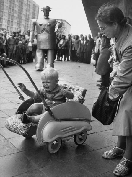 "1952 Robot ""Sabor"" frightening baby Hamburg, Germany"
