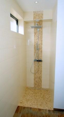 Photo d'un douche à l'italienne en faïence et mosaïque