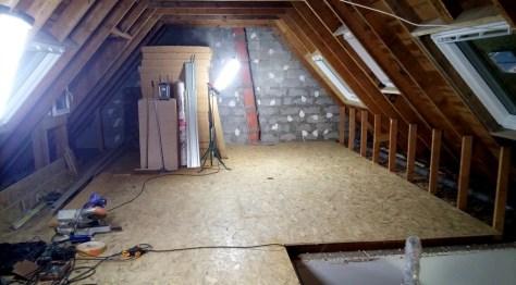 Photo d'un espace sous les toits destiné à être isolé, cloisonné et dont le sol sera habillé d'un vinyle.