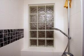 Photo d'un fond de niche en briques de verre