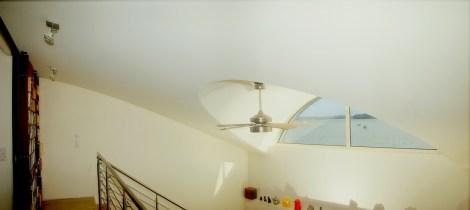 Photo d'une fenêtre en demi-lune insérée dans le plafond