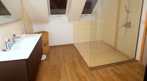 Photo d'une douche à l'italienne astucieusement installée sous la pente du toit