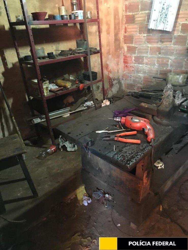 EM PORTO VELHO: Polícia Federal descobre fábrica de armas e prende homem com arsenal