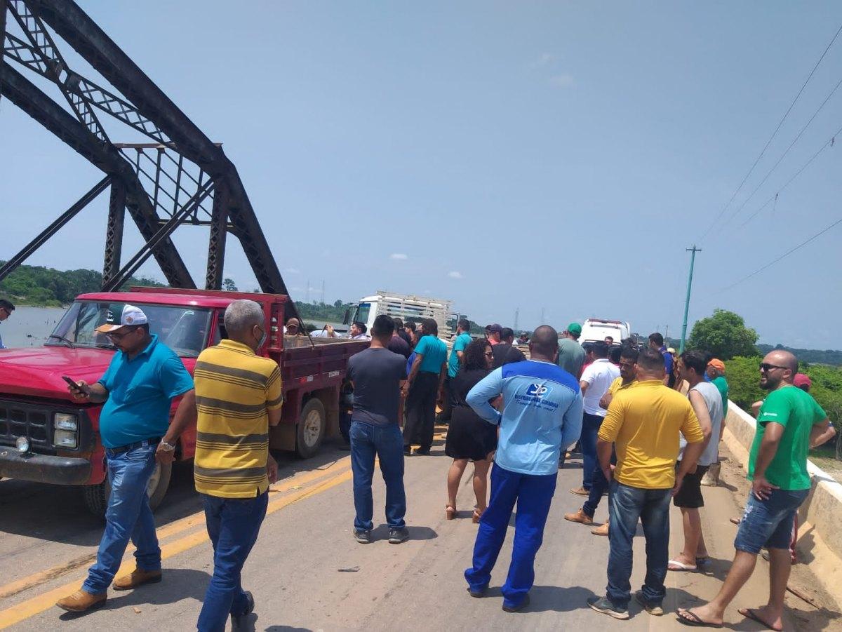 NA BR-364: Colisão envolvendo três veículos deixa motorista preso às ferragens
