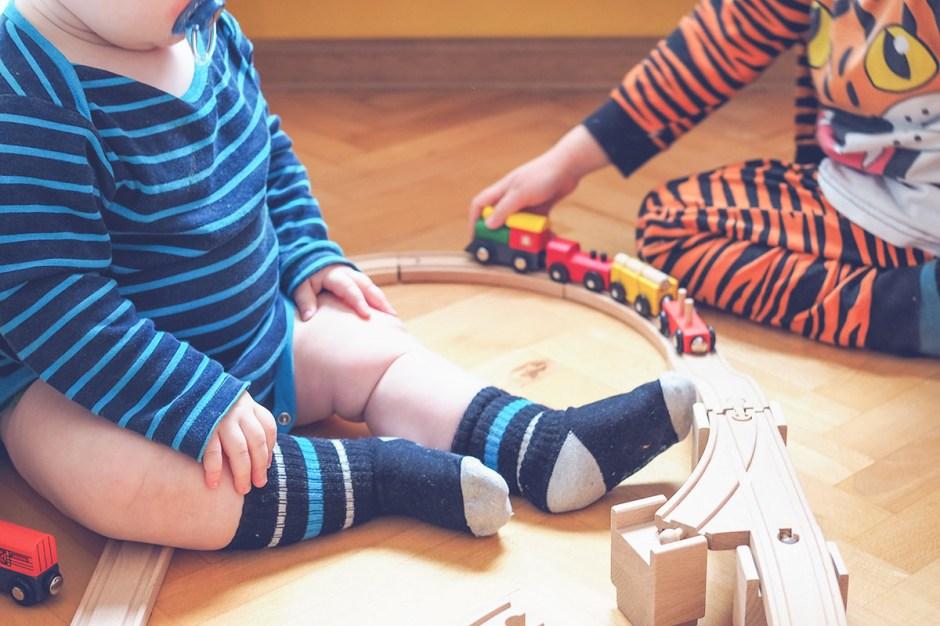 Rodzeństwo bez fikcji: Czy starsze dziecko będzie bawić się z niemowlakiem?