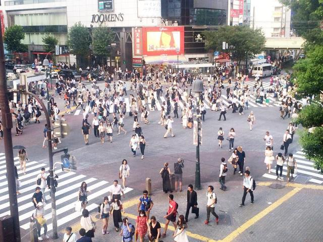 An obligatory stop at #Shibuya crossing and I have to admit, it was a mighty fascinating event to watch! #Tokyo #Japan