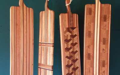 Hoe tof zijn deze handgemaakte tapasplanken van Schmallwood?! Elke plank is uniek en gemaakt van verschillende soorten hout. Exclusief bij Rook & Roll verkrijgbaar. Interesse? Stuur even een PB
