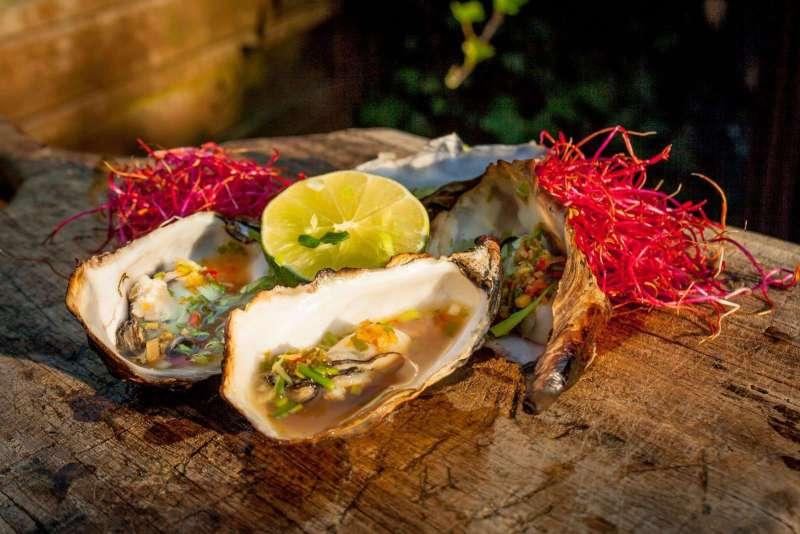 Recept | Oosterse oesters gerookt op kersenchunks