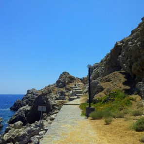 Der Strand von Emporios ist von schroffen Felsen eingerahmt. Diese sind aber gut befestigt.