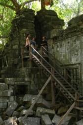 Eine rudimentäre Infrastruktur mit Stegen und Leitern leitet die Besucher durch die Tempelruinen – nichtsdestotrotz ist es aufregend diese Pfade zu verlassen und die Ruinen auf eigene Faust selbst zu erkunden – natürlich auf eigene Gefahr.