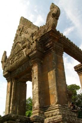 Ein Portal in voller Pracht. Der Hindutempel aus dem 10.-12. Jahrhundert und seit 2008 UNESCO-Weltkulturerbe ziert auch die Rückseite der 2000 Riel Note (Das Beweisfoto mit Original und Abbild ist mir nicht gelungen, schlicht, weil wir keinen passenden Schein hatten). Mehr Infos zum Tempel hier: http://de.wikipedia.org/wiki/Prasat_Preah_Vihear