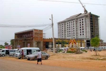 Im Gegensatz dazu, eine Entwicklung die an den thailändisch-kambodschanischen Grenzorten mittlerweile Normalcharakter angenommen hat. Casino-Resorts für eine gut situierte thailändische Mittelschicht (Glücksspiel ist in Thailand gesetzlich verboten). In wie weit sich Kambodscha zu einem Glücksspielparadies à la Macau entwickeln wird und möchte, bleibt abzuwarten.