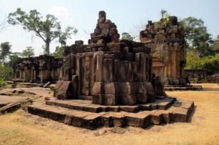 Nur wenige Kilometer westlich befindet sich ein weiterer Tempelkomplex (Prasat Thaman). Die Anlage ist deutlicher größer und viele Bas-Reliefs sind noch erhalten. Auch hier ist die Situation angespannt und beidseits der Tempelanlage sind Militärstellungen positioniert.
