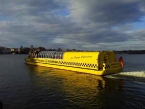 Das Wassertaxi verkehrt im Linienverkehr und bringt Besucher über Wasser durch die Stadt.