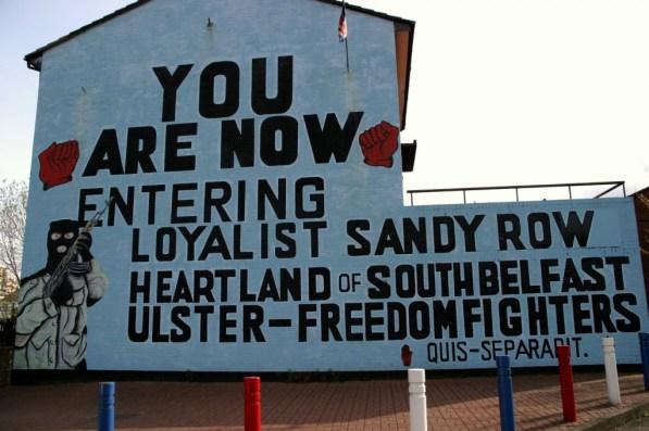 Ein loyalistisches Wandbild heißt Besucher in den protestantischen Vierteln von Belfast willkommen
