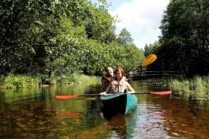 freunde im boot kanu im nationalpark aukstaitija