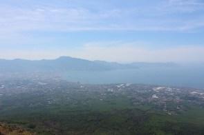 Auch der Blick auf die Amalfiküste und bis nach Capri enttäuscht nicht.