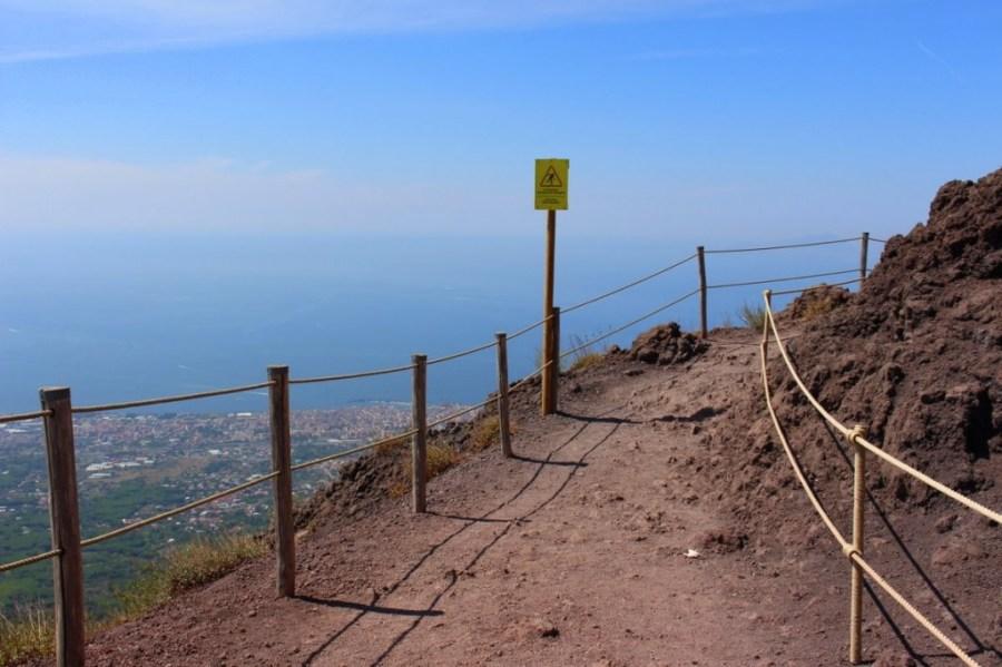 Wanderwege führen im Halbrund um den Krater.