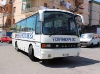 Busse wie dieser von Vesuvio Express, bringen Gäste bis 200 Meter unterhalb des Kraterrandes.