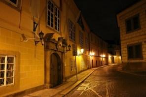 Mehrere Botschaften und Ministerien befinden sich in der Nähe der Prager Burg.