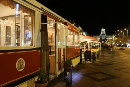 Auf dem Wenzelsplatz steht ein alter Straßenbahnwaggon und dient bis nachts als Café.