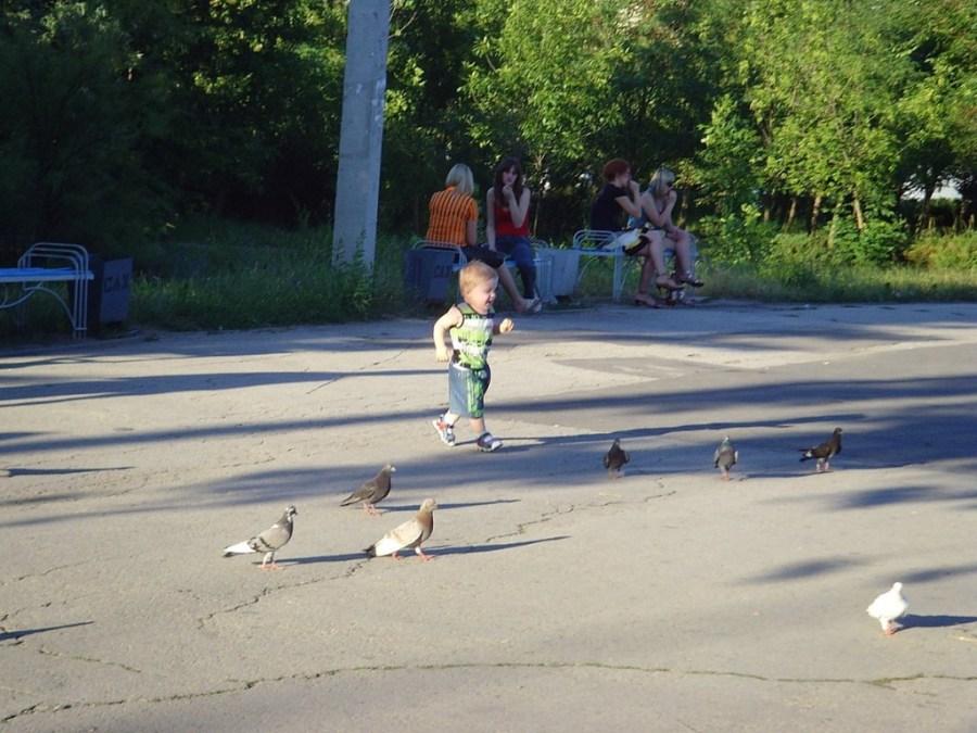 Ein Kind in einem Park am Distr.