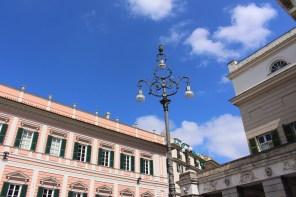 Straßenlaternen auf dem Piazza de Ferrari.