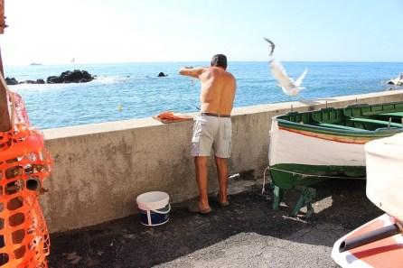 Hier weidet ein Fischer einen Teil seines Fangs aus.