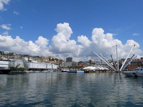 Der Blick vom Schwimmbad in Hafen ist den Eintritt auf alle Fälle wert. Links sind Aquarium und Biosphäre zu sehen, rechts der Bigo.