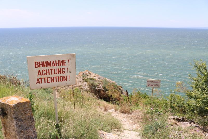 Warnung! Am Kap Kaliakra geht es steil bergab.