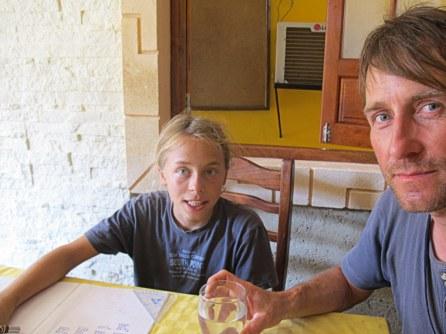 Physikstunde für Sohn Max auf Kuba.