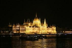 Das Parlamentsgebäude von Ungarn sieht man von der Margaretenbrücke in Budapest am besten.