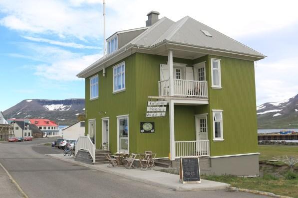 Das Café Simbahöllin in Þingeyri war früher ein Tante-Emma-Laden.