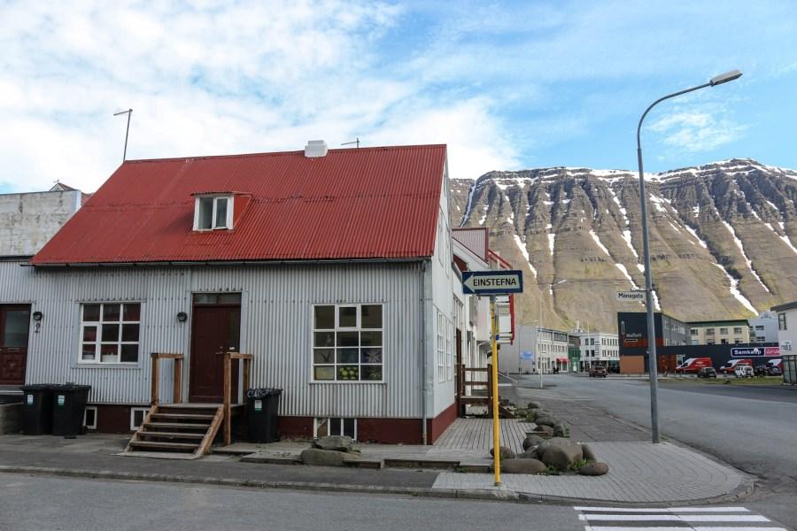 Ísafjörður wirkte trotz seiner vergleichsweise kleinen Größe von rund 5000 Einwohnern sehr kosmopolitisch.