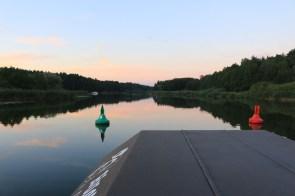 Die beiden Bojen kennzeichnen die Fahrrinne in den Gewässern wie der Spree. Außerhalb davon drohen Untiefen, die den Motor des Bootes beschädigen könnten.