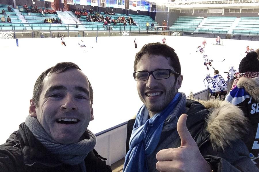 Wir hatten einige Biere beim Eishockeyspiel der Yetis du Mont Blanc gegen Vanoise.