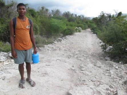 Timothee läuft kilometerweit für ein wenig Bildung.