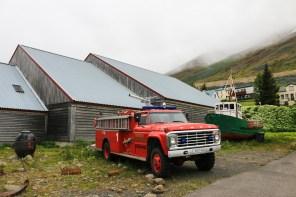 Eine altes Feuerwehr-Auto steht in Siglufjordur neben dem Hering-Museum.