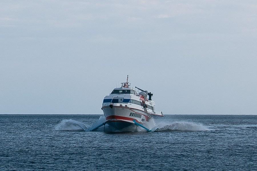 Als ich in Gedanken schon auf der Insel eine Einheimische geheiratet habe, kommt doch noch ein Boot.