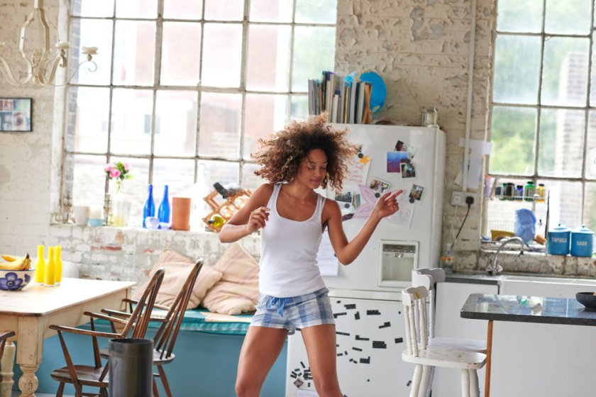 Chica bailando en casa