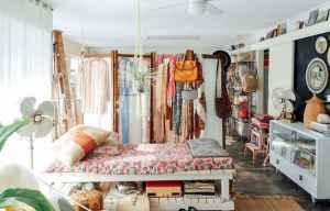 40 boho chic first apartment decor ideas (37)