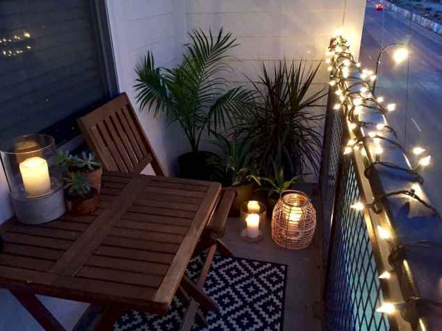 50 affordable small first apartment balcony decor ideas (53)