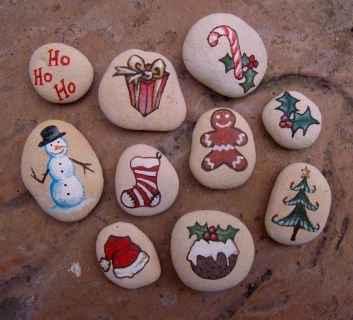 54 easy diy christmas painted rock ideas (37)