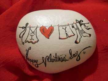 80 romantic valentine painted rocks ideas diy for girl (45)