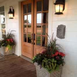 90 awesome front door farmhouse entrance decor ideas (18)