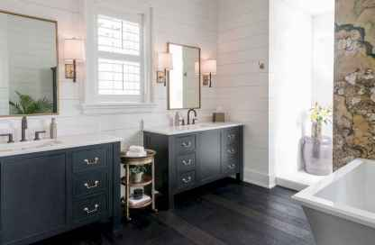 80 awesome farmhouse master bathroom decor ideas and remodel to inspire your bathroom (14)