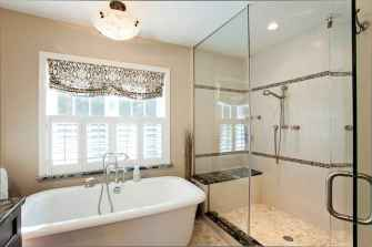 80 awesome farmhouse master bathroom decor ideas and remodel to inspire your bathroom (67)