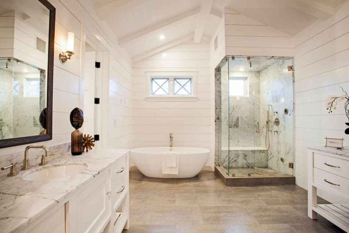 80 awesome farmhouse master bathroom decor ideas and remodel to inspire your bathroom (71)