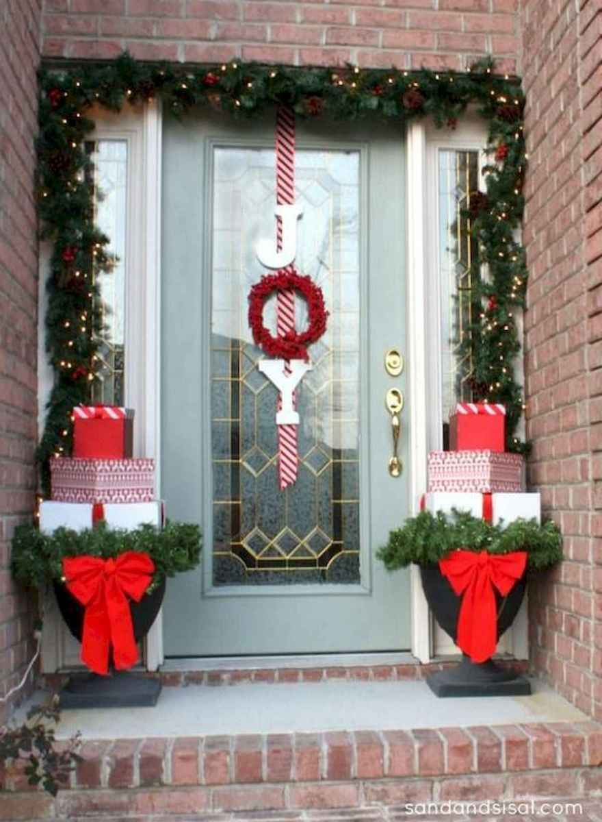 50 front porches farmhouse christmas decorations ideas (27)