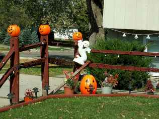 75 awesome helloween home decor ideas (67)